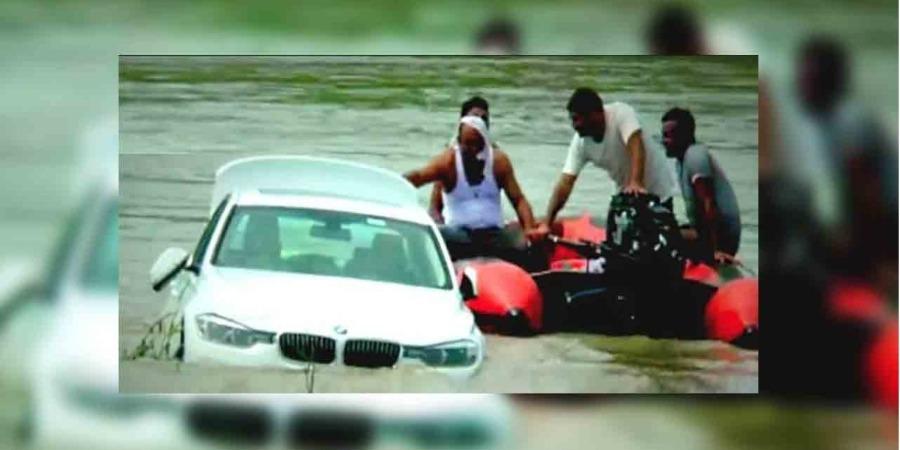 বিচাৰিছিল জাগুৱাৰ, দিলে BMW : খঙত নদীত উটোৱাই দিলে BMW